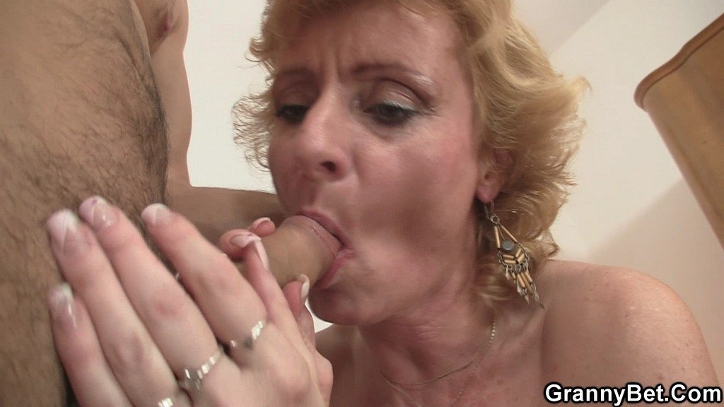 ✅ Mature woman fucks boy ass